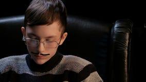 人教授或黑手党的戏剧性图象 一个少年的画象玻璃的与被黏贴的髭扮演成人的角色 影视素材