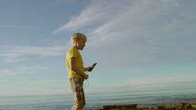 令人敬畏的孩子在海滩跳舞 股票视频