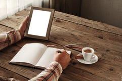 人文字的手某事在一个空白的笔记本 库存照片