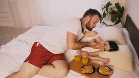 人早晨在卧室在床上醒来了他的妻子早餐 股票视频