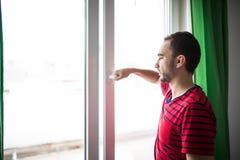 人早晨在家打开窗口刷新屋子 库存图片