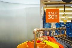 人时尚衣裳零售店促销在购物中心,销售嘲笑为购物给框架做广告,拷贝空间 库存图片