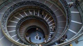 人时间间隔在梵蒂冈下降现代双重螺旋楼梯 股票录像