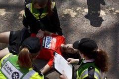 人昏倒了,当跑马拉松时 库存图片
