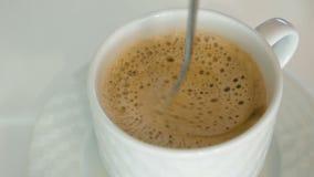 人是与泡沫的活泼的热的咖啡 股票视频