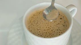 人是与泡沫的活泼的热的咖啡 影视素材
