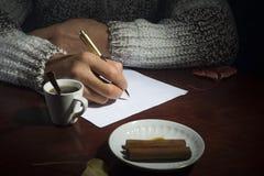 人是在桌上 免版税库存图片