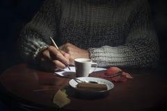 人是在桌上 免版税库存照片