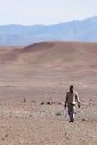 人是沙漠运载的水 库存图片