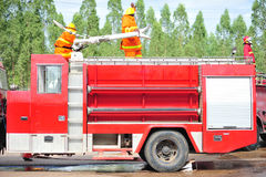 人是的小组消防队员注射浪花水射击acc 库存照片