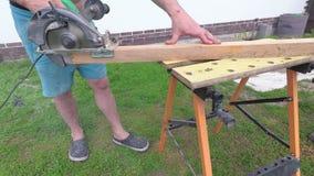 人是运作在与电动工具的一个工作台的工艺 股票视频