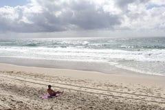 人晒日光浴在冲浪者天堂,英属黄金海岸,澳大利亚海滩  免版税图库摄影