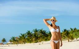 年轻人晒黑了妇女relaxig在热带加勒比海滩 库存图片