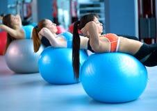 人普拉提的分类在健身房 免版税库存图片