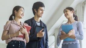 人有书和固定式步行的学生 免版税库存照片
