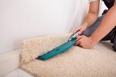 人有切削刀的切口地毯 库存照片