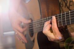 人有吉他的` s手 免版税库存图片