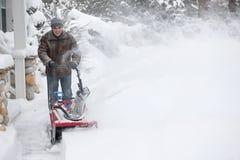 人有吹雪机的清洁车道 免版税库存照片