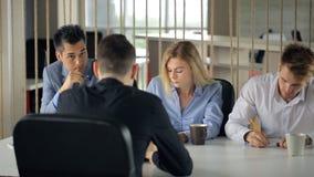 人有坐工作的采访在办公室 股票视频