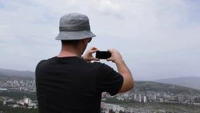 人有城市视图拍在电话的照片 股票录像