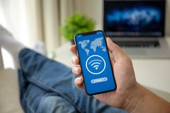 人有应用程序查寻的藏品电话在屏幕上的自由Wi-Fi 免版税图库摄影