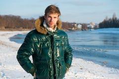 人有敞篷的穿戴夹克在冷淡的冬日 风抗性衣裳 冬天时髦的男服 冬天成套装备 人 免版税库存图片