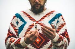 人有胡子的不采取行动灼烧的比赛旅行生活方式生存概念 免版税图库摄影