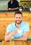 人有胡子的人喝热奶咖啡在木桌咖啡馆 咖啡馆访客愉快的面孔享受咖啡咖啡因饮料 咖啡因 免版税库存图片