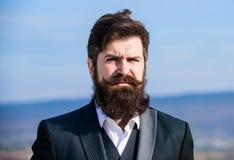 人有胡子的行家穿戴正装天空蔚蓝背景 葡萄酒样式长的胡子 r 免版税库存图片