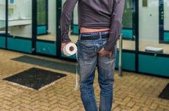 人有腹泻 举行卫生纸和他的人靶垛 免版税库存照片
