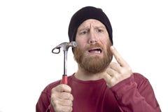 人有锤子的命中手指 免版税库存照片