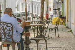 人有Coffe在累西腓巴西的历史的中心 图库摄影