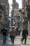 人朝向往可汗el Khal'ili义卖市场在开罗,埃及 库存图片