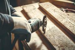人木匠在他的家庭工厂 免版税库存图片