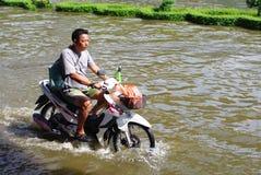 人未认出摩托车的乘驾 图库摄影