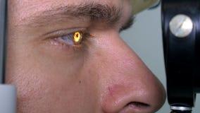 年轻人检查在现代设备的眼睛在医疗中心 影视素材