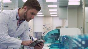 人检查实验室设备工作与片剂 股票视频