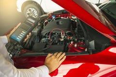 人检查藏品电池容量测试器电压表 库存图片