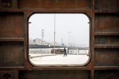 人横穿街道阿勒颇。 库存图片