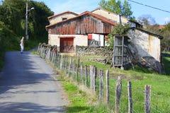 人横跨乡下公路走 法国 库存图片