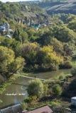 人横跨在Smotrych河的一座桥梁走Kamianets-Podilskyi峡谷的  图库摄影