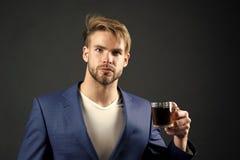 人正式典雅的衣服享受咖啡黑暗的背景 商人典雅的人饮料茶或咖啡 E 免版税库存图片
