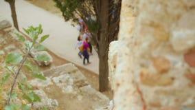 人步行在历史宫殿疆土依然存在,时间的古老证人 股票录像