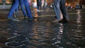 人步行在市中心 在假日期间,在晚上 股票视频