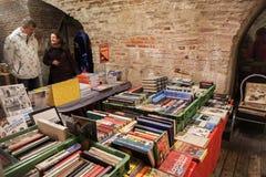人步行近使用的书逆 免版税库存图片