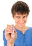 年轻人毁坏一根香烟 免版税库存照片