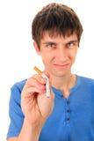 年轻人毁坏一根香烟 库存照片