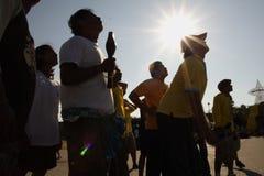 人民是拉扯绳索在风筝竞争中在2007年4月1日的Sanamluang公园 库存照片