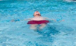 人池退休的高级游泳 库存图片