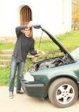 人汽车被修理的引擎  库存图片